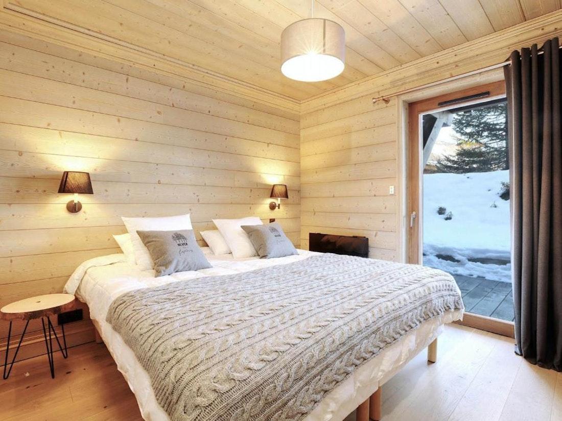 Cosy double bedroom landscape views family apartment Padouk Courchevel Moriond
