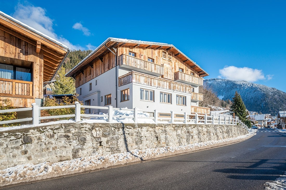 Outside view mountain chalet snow winter ski apartment Ayan in Morzine