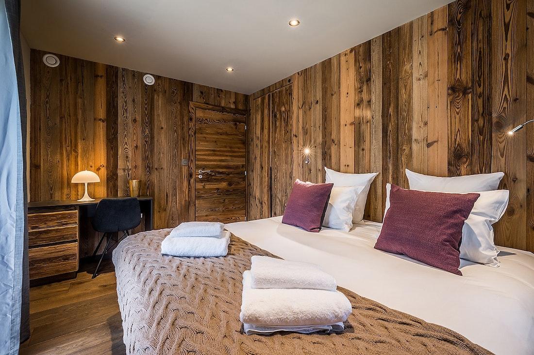 Chambre en suite double avec murs en bois dans le chalet Moulin I Les Gets