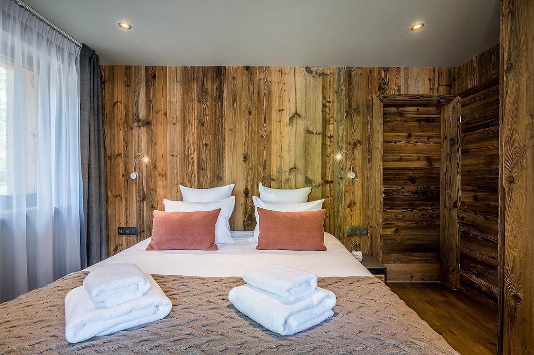 Chambre double en suite avec draps et serviettes dans le chalet Moulin I Les Gets