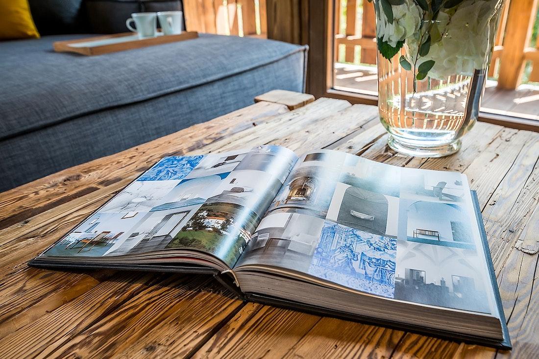 Livre de photographie ouvert posé sur une table en bois