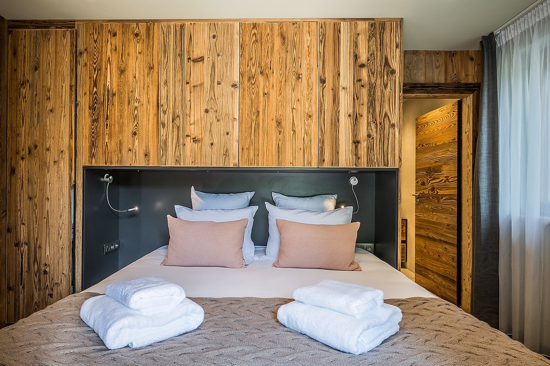 Chambre en suite double avec draps et serviettes dans le chalet Moulin I Les Gets