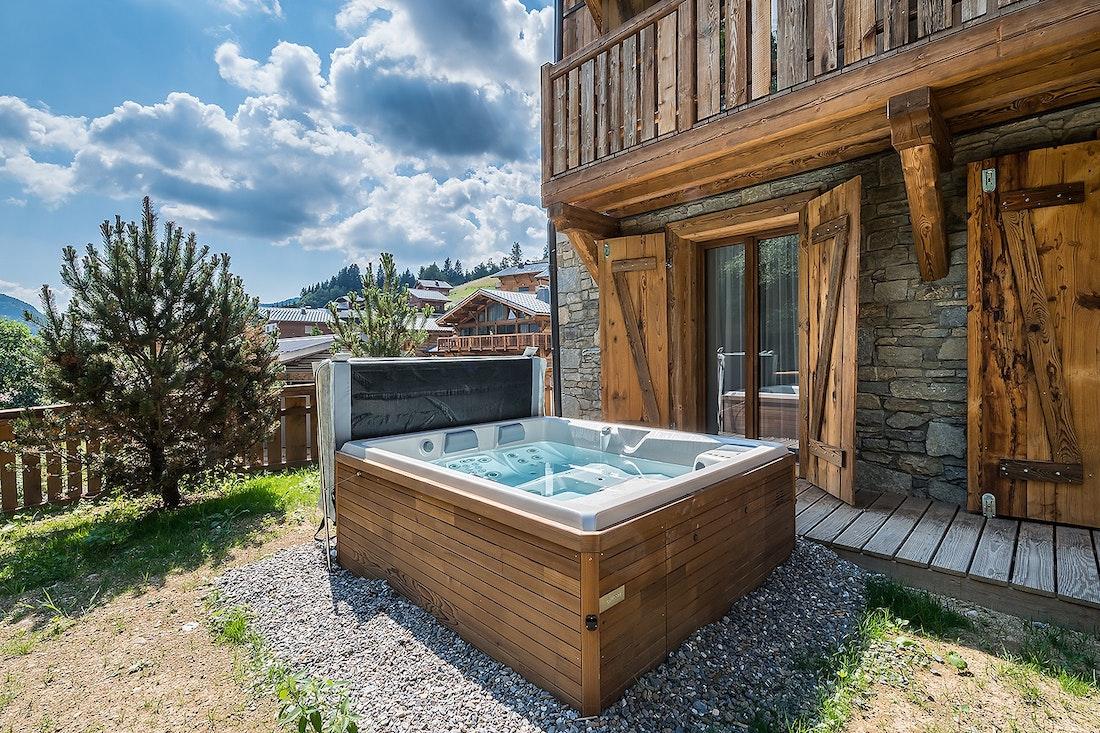 Jacuzzi extérieur privé en bois dans le chalet Moulin I Les Gets