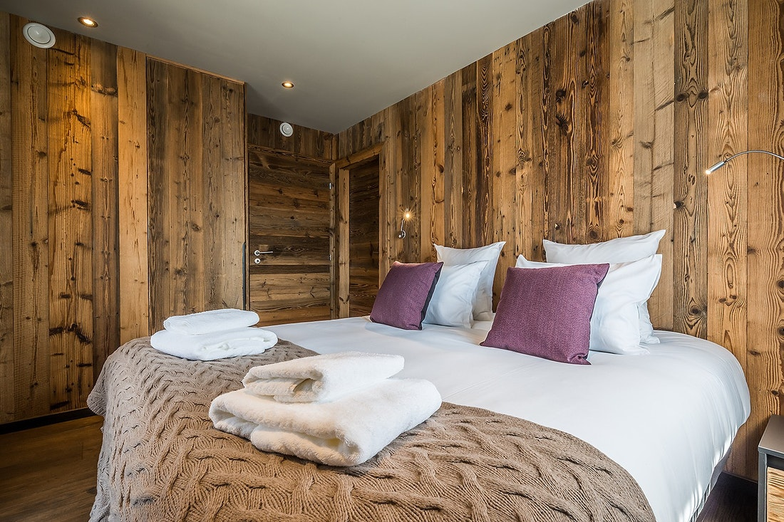 Cosy double bedroom with fresh towels at Moulin III luxury chalet in Les Gets