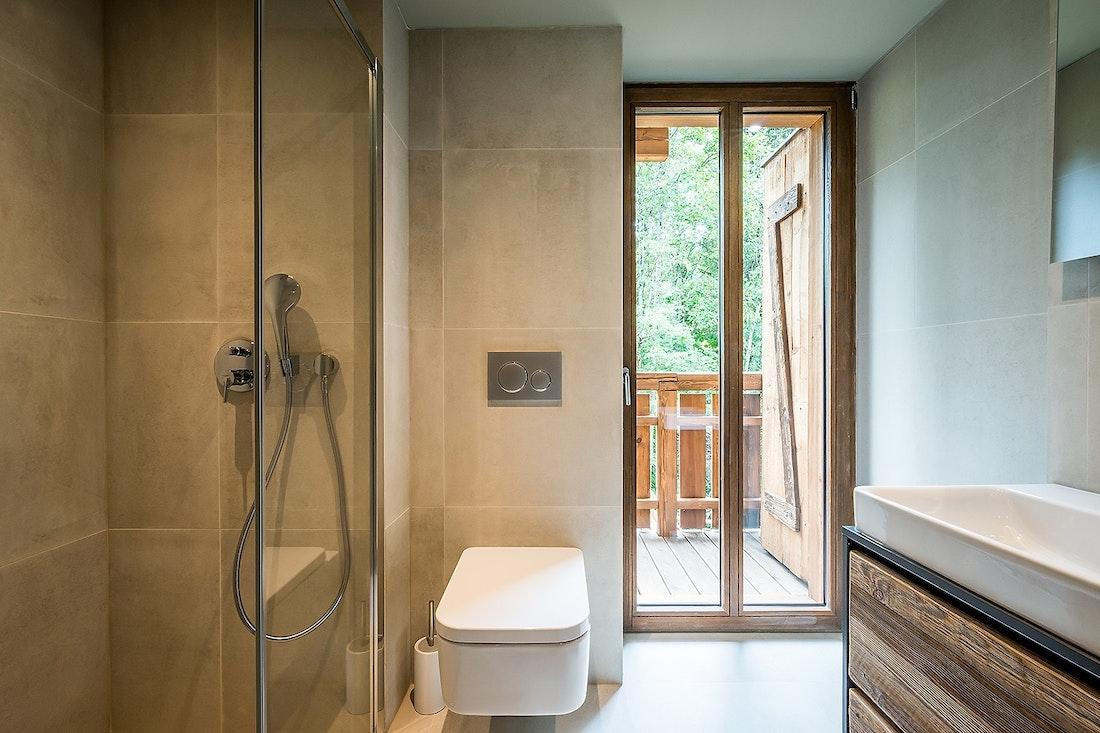 Salle de bain moderne gris clair avec douche dans le chalet Moulin I Les Gets