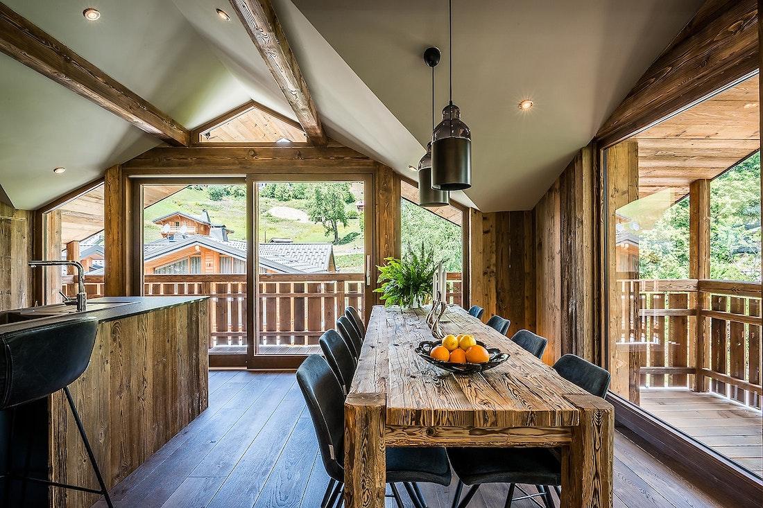 Salle à manger en bois avec cuisine ouvert dans le chalet Moulin I Les Gets