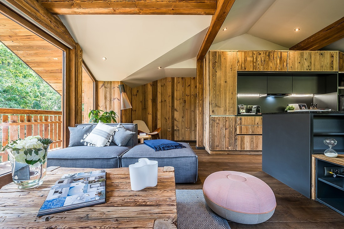 Salon en bois avec baie vitrée dans le chalet Moulin I Les Gets
