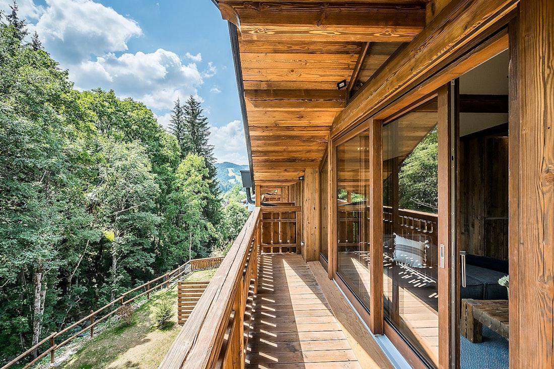 Terrasse en bois avec vue sur la forêt dans le chalet Moulin I Les Gets