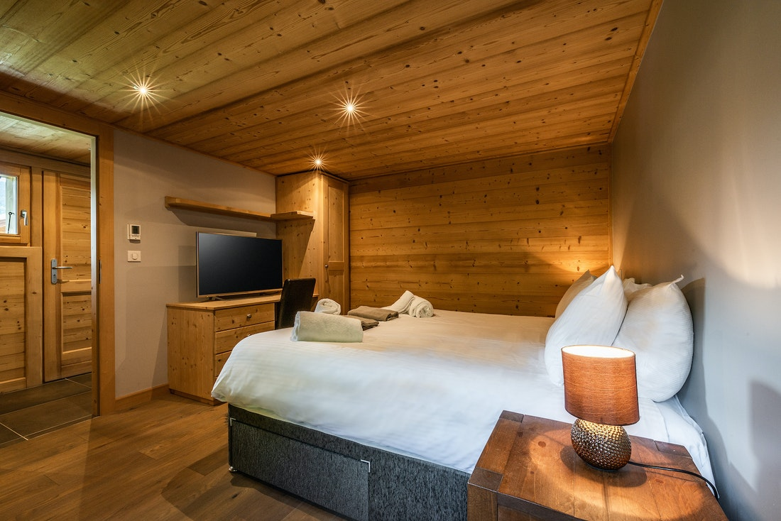 Ensuite bedroom chalet-style with TV at Balata luxury chalet in Morzine