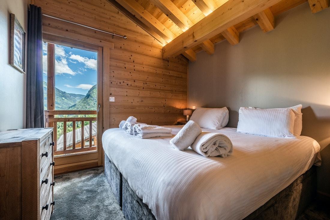 Ensuite bedroom with fresh linen and towels at Balata luxury chalet in Morzine