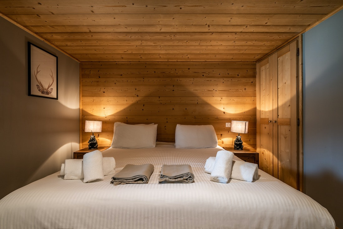 Ensuite bedroom with bear-shaped bedside lamps at Balata luxury chalet in Morzine