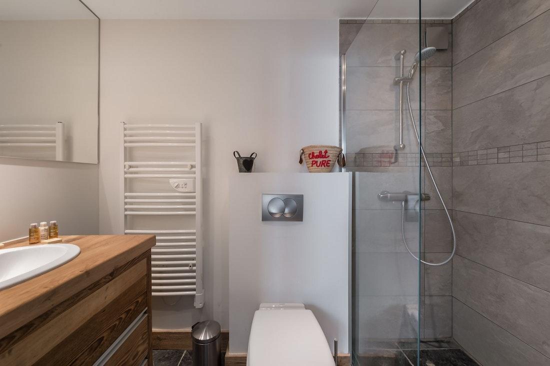 Salle de bain moderne appartement Moabi à Courchevel Le Praz