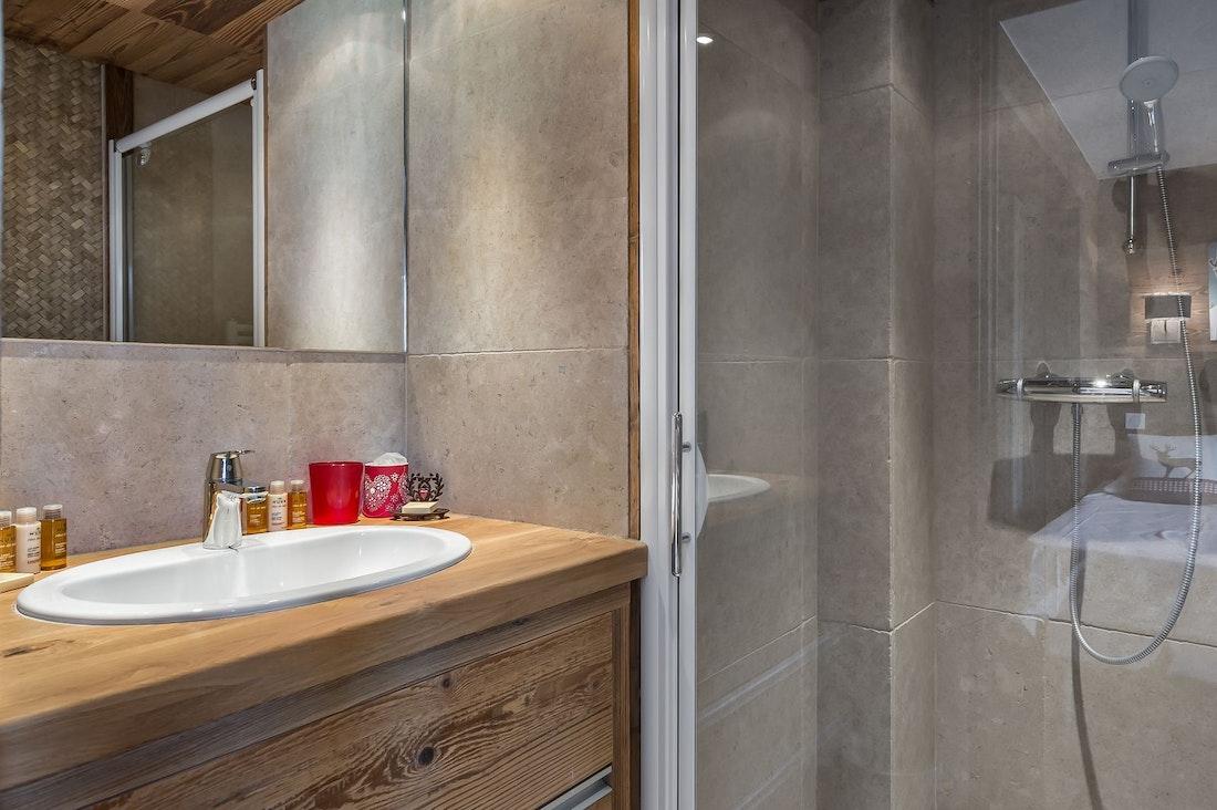 Salle de bain moderne douche à l'italienne appartement Moabi Courchevel Le Praz