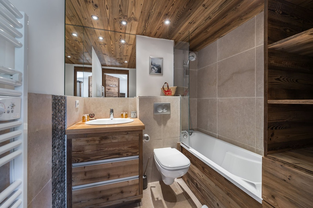 Chambre double confortable salle de bain appartement Moabi Courchevel Le Praz