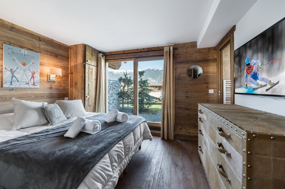 Chambre double confortable nombreux placards vue paysage appartement Moabi Courchevel Le Praz
