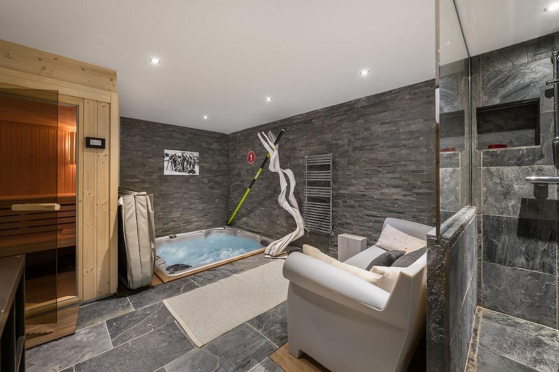 Sauna bain à remous de luxe espace bien-être appartement Moabi Courchevel Le Praz accès skis aux pieds
