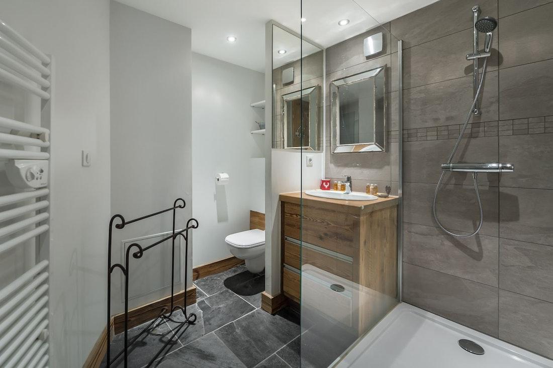 Chambre double moderne salle de bain appartement Moabi Courchevel Le Praz
