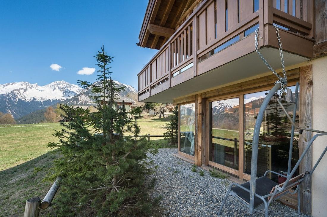 Vue extérieure sur la montagne avec chalet dans l'appartement pied aux piste Moabi Courchevel Le Praz