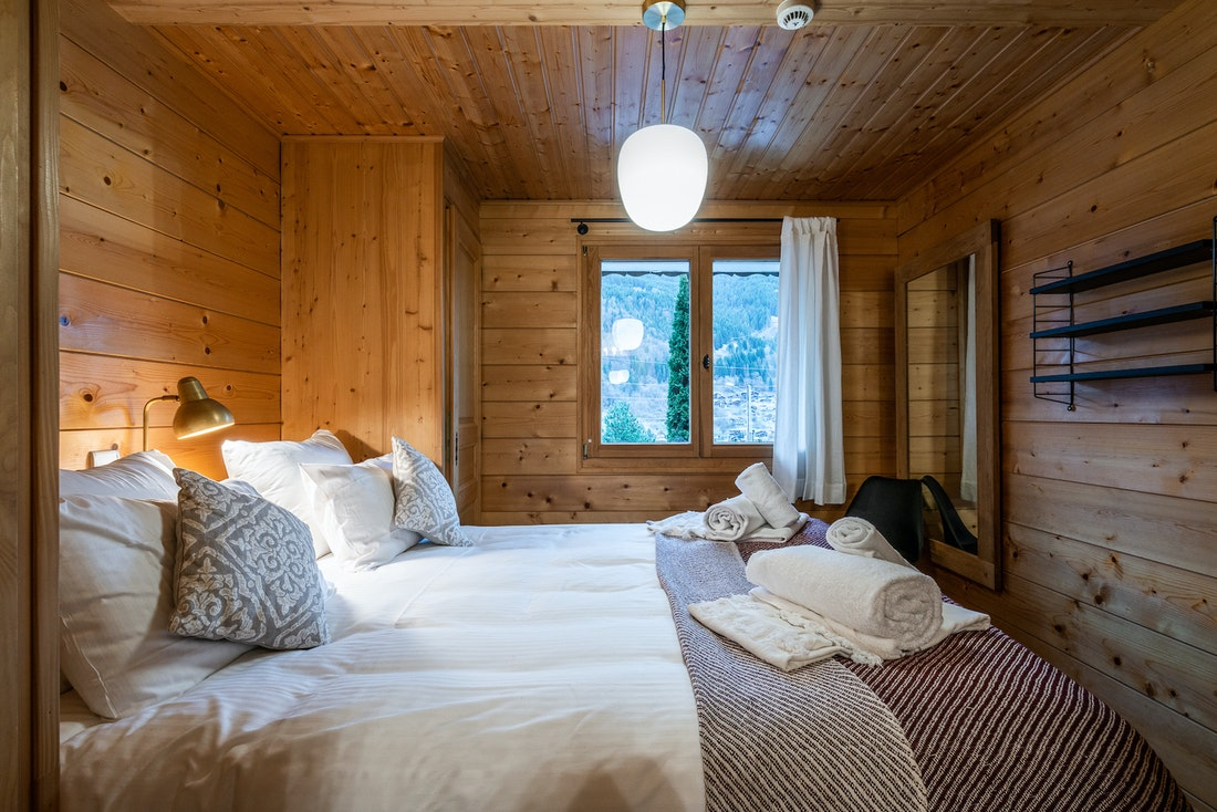 Luxury double ensuite bedroom bed linen included hotel services chalet Doux-Abri Morzine