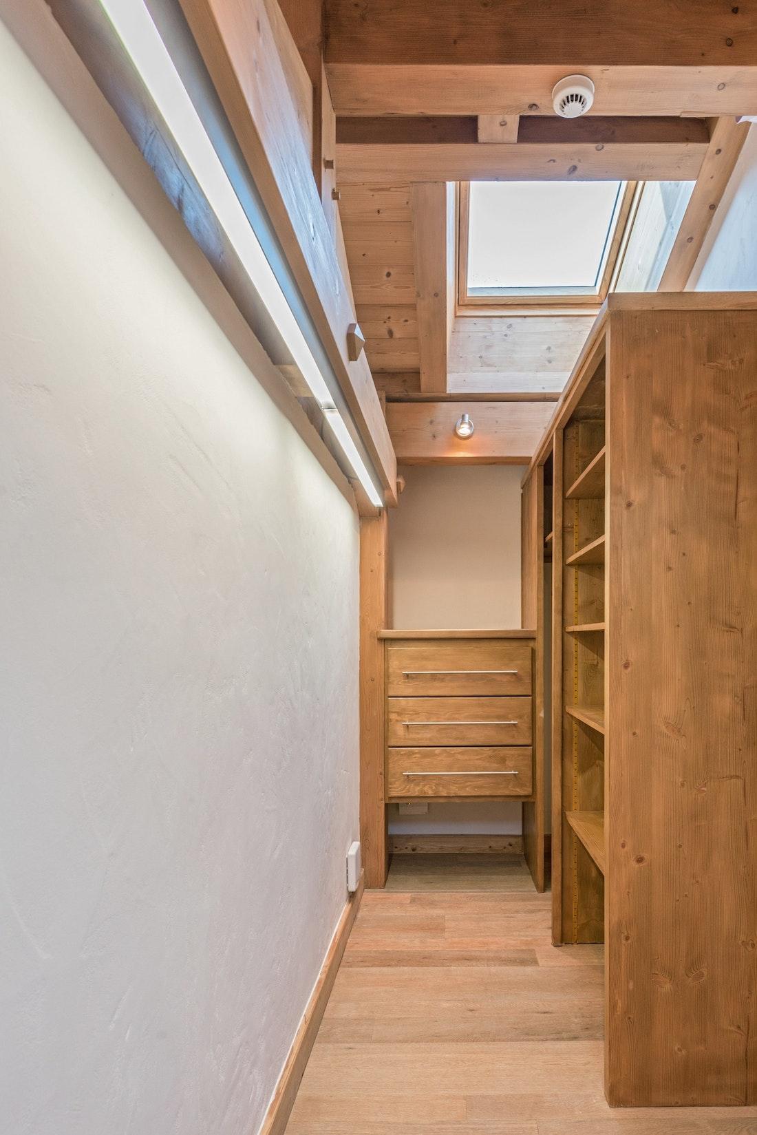 Wooden walk-in wardrobe sauna chalet Omaroo II Morzine