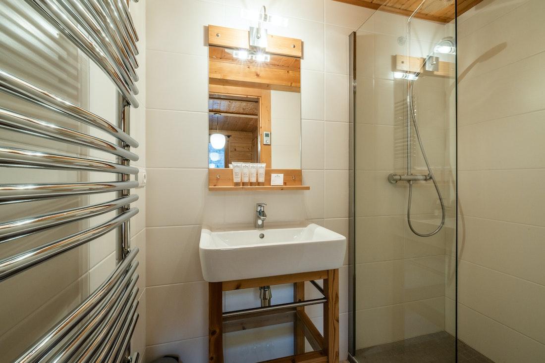 Modern bathroom walk-in shower hotel services chalet Doux-Abri Morzine