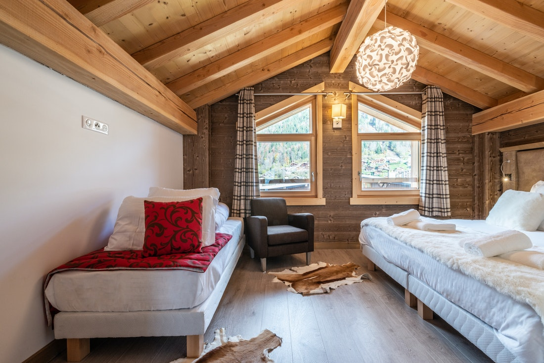 Triple bedroom with one single bed and a double bedroom at Etoile accommodation in Morzine