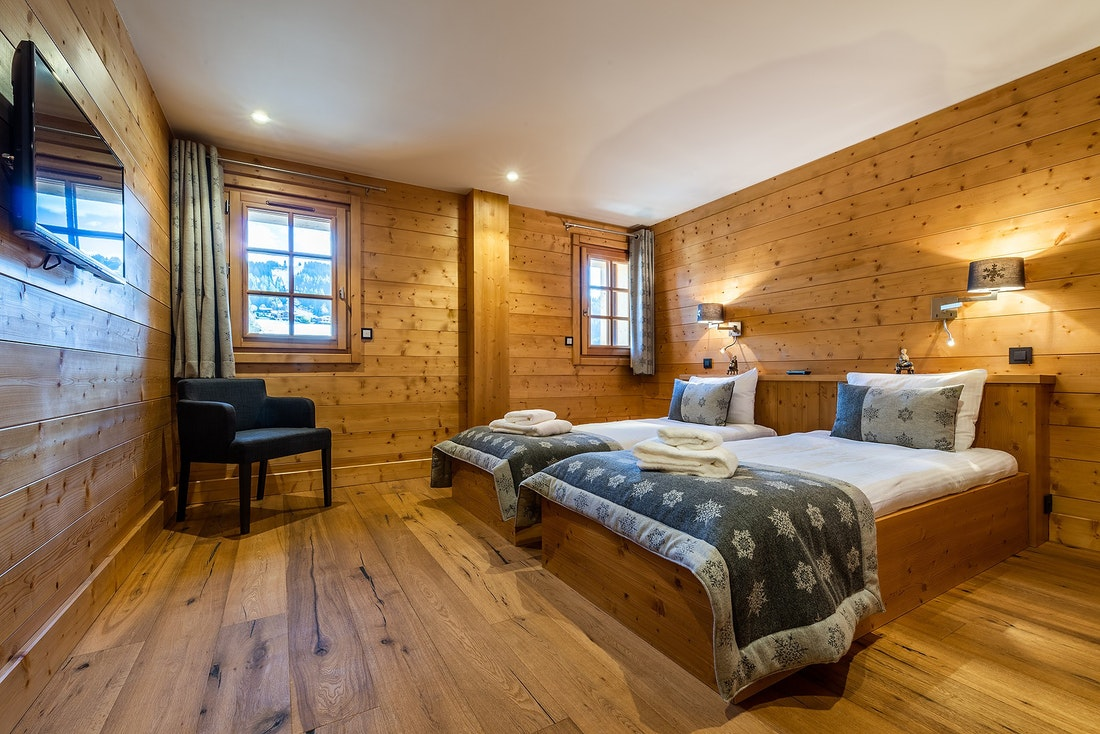 Large bedroom of Abachi luxury chalet in Les Gets featuring twin beds