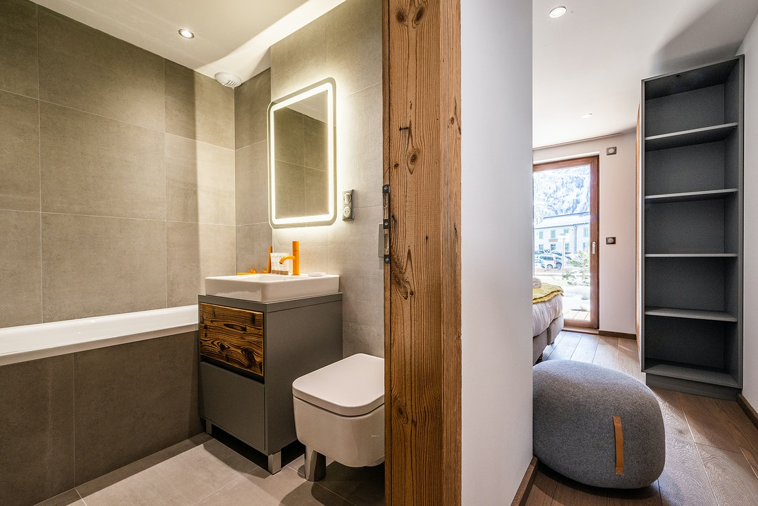 Modern bathroom with orange details at Eyong accommodation in Chamonix