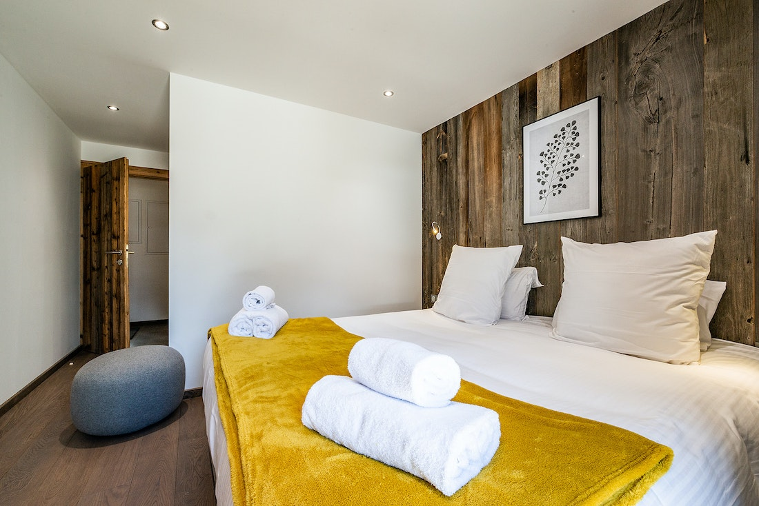 Cosy double bedroom with fresh towels Modern black and wooden kitchen at Eyong accommodation in Chamonix