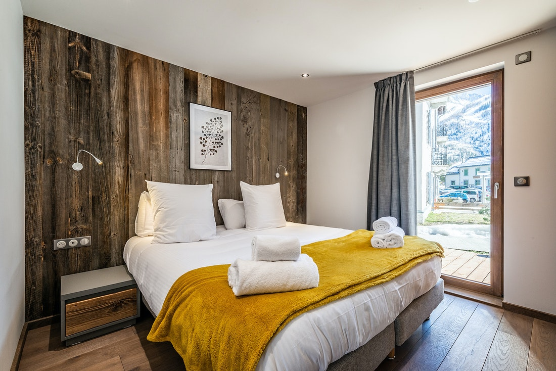 Double bedroom en-suite with premium mattress at Eyong accommodation in Chamonix