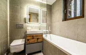 Modern bathroom with bathtub at Douka accommodation in Chamonix