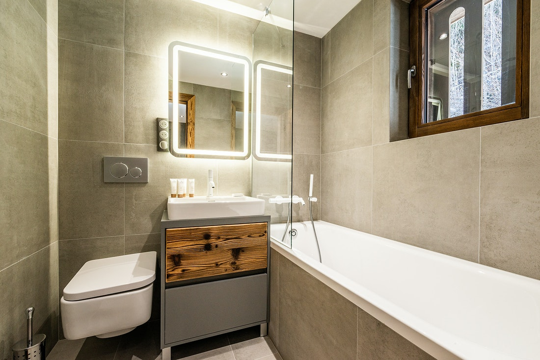 Modern bathroom with bathtub at Douka accommodation in Morzine