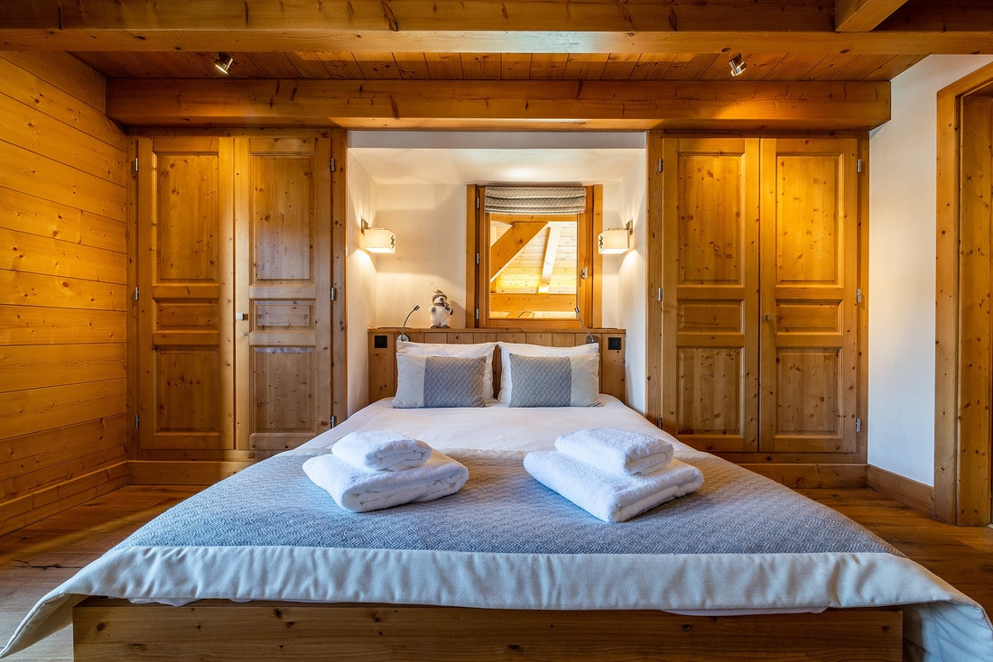 Queen-sized bedroom of Abachi luxury chalet in Les Gets