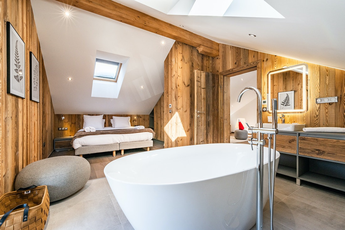 Double ensuite with bathtub at Ruby luxury accommodation in Chamonix