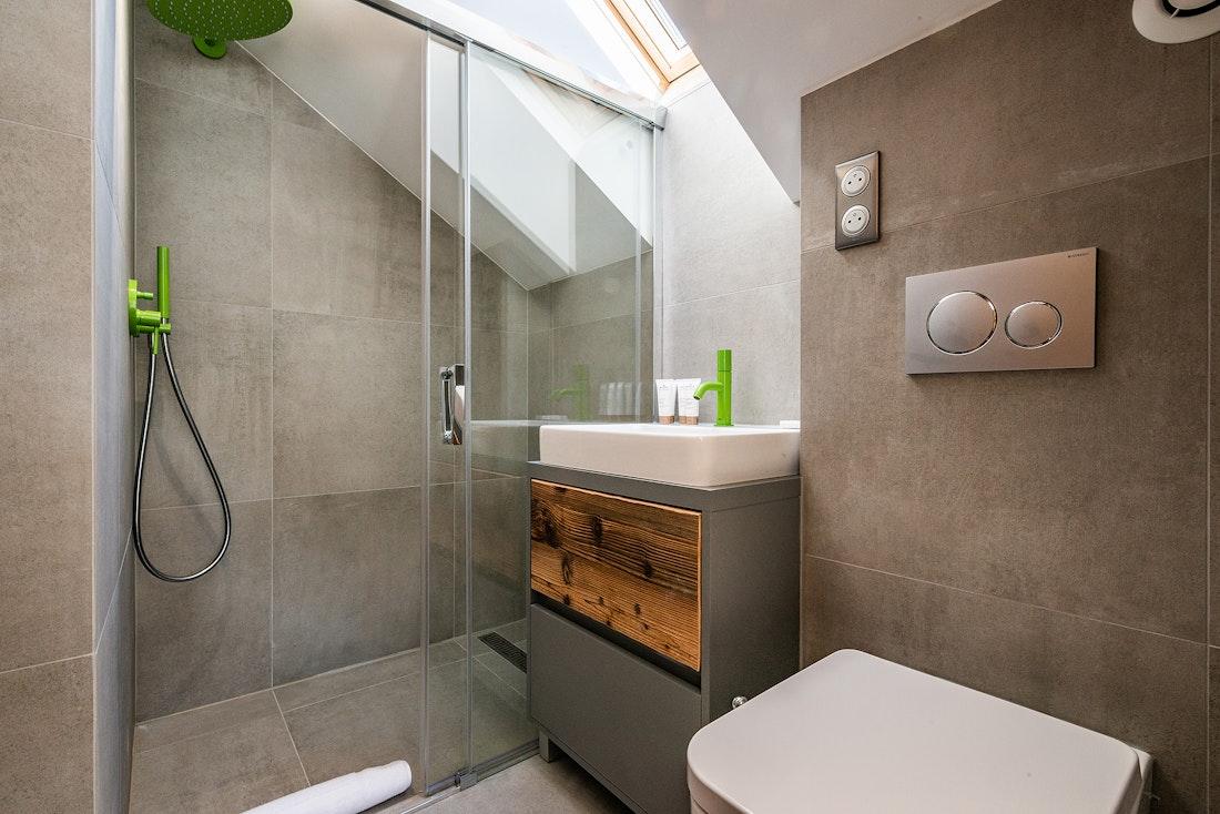 Modern bathroom walk-in shower family chalet Badi Chamonix