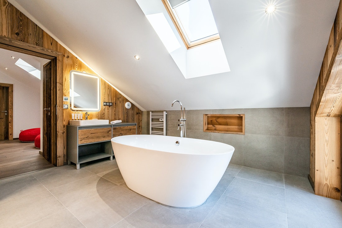 Ensuite with a round bathtub at Ruby luxury accommodation in Chamonix