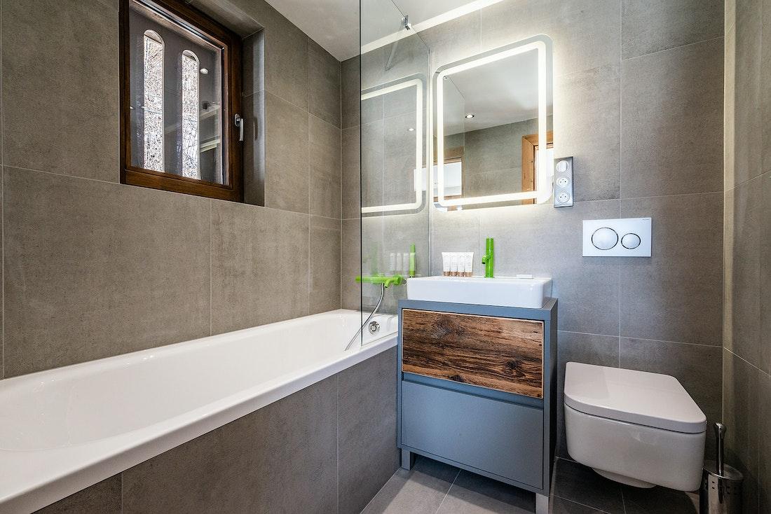 Ensuite with bathtub at Badi luxury chalet in Chamonix