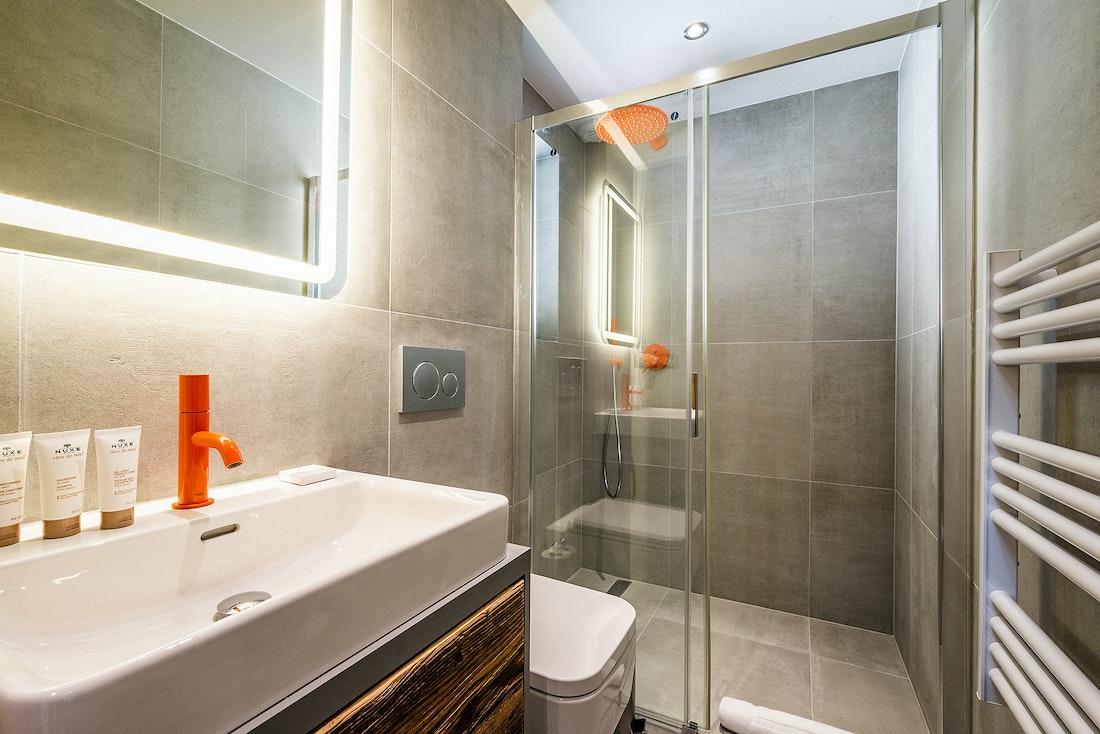 Ensuite with orange details at Ravanel luxury accommodation in Chamonix