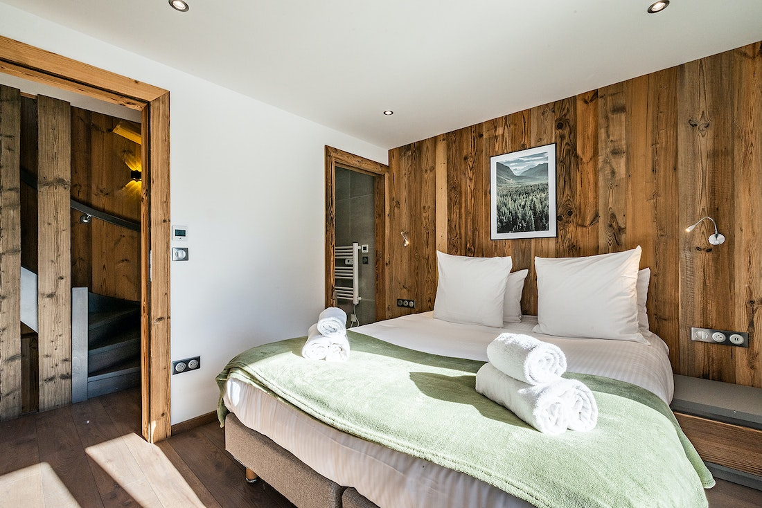 Double bedroom ensuite with wooden wall at Badi luxury chalet in Chamonix