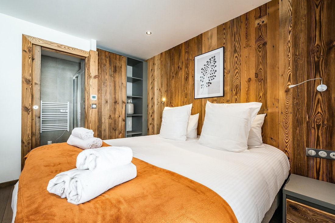 Double ensuite with wooden walls at Ravanel luxury accommodation in Chamonix