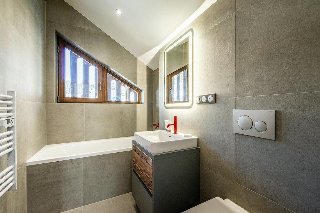 Ensuite with bathtub at Ruby luxury accommodation in Chamonix