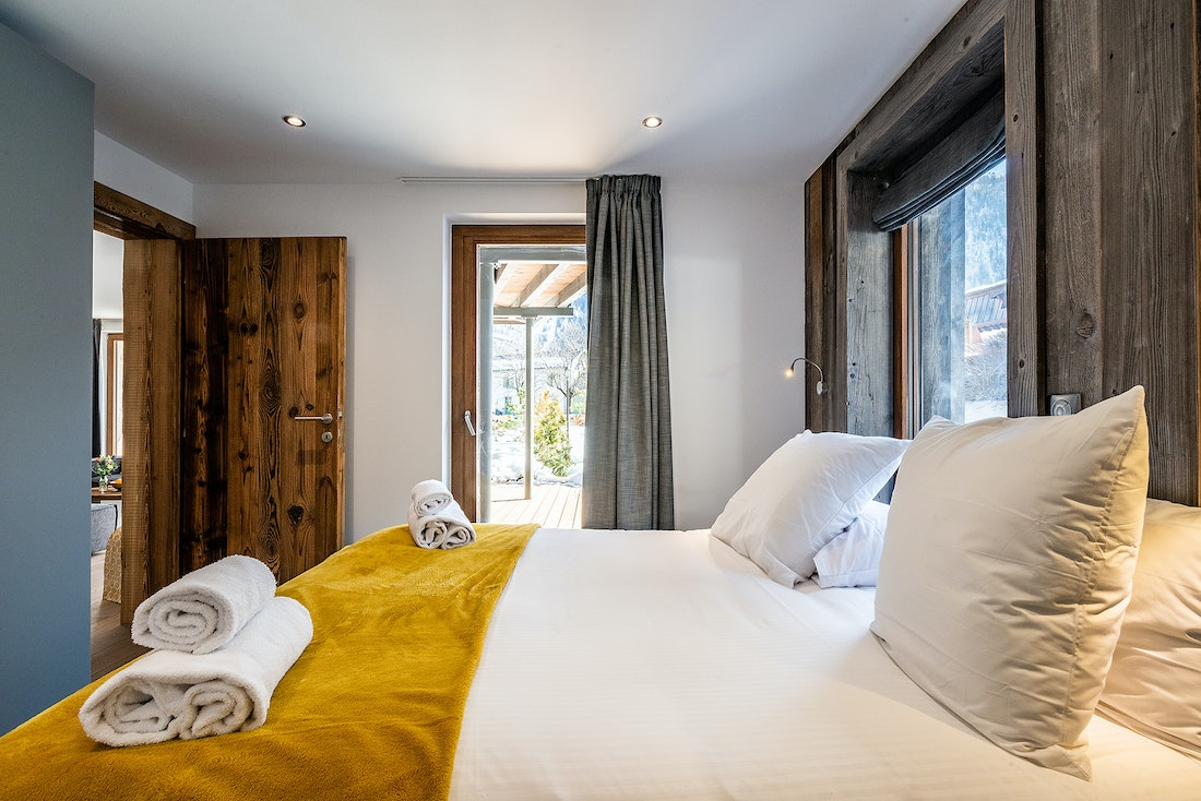 Double bedroom with wooden details Modern black and wooden kitchen at Eyong accommodation in Chamonix