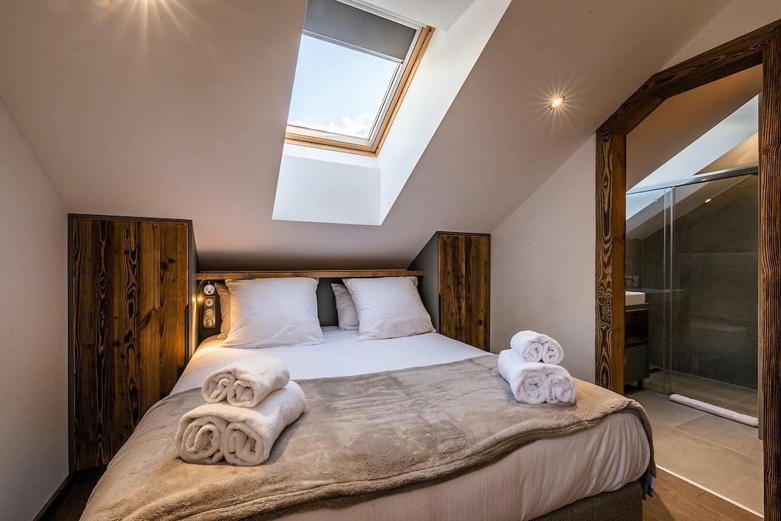 Chambre double chaleureuse salle de bain privée Chalet familial Douka Chamonix