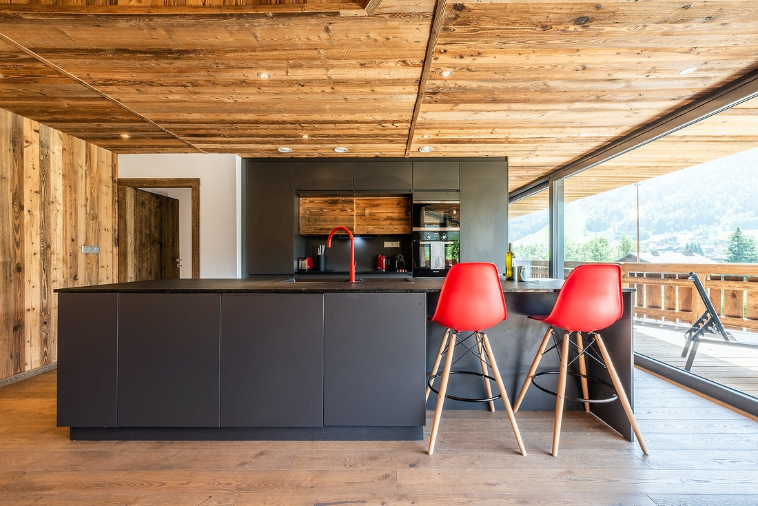 Black and wooden open kitchen of Le Rouge luxury chalet in Morzine