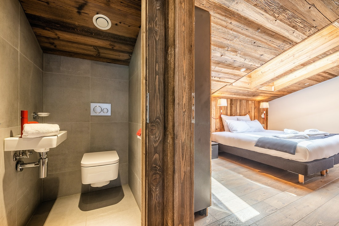 En-suite double bedroom with toilets at Le Rouge luxury chalet in Morzine