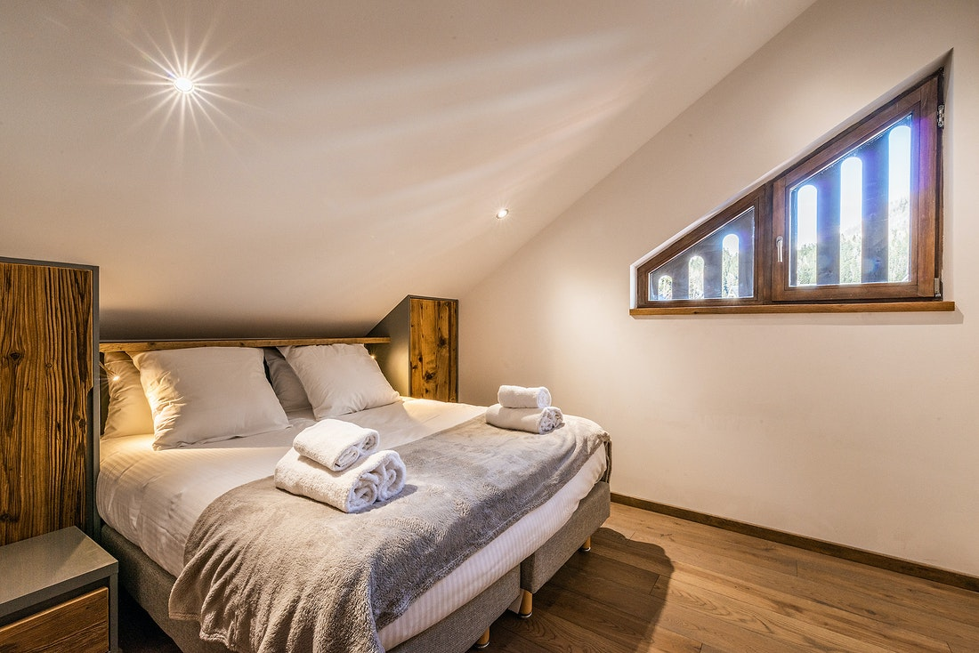 Double bedroom with fresh towels at Douka accommodation in Morzine