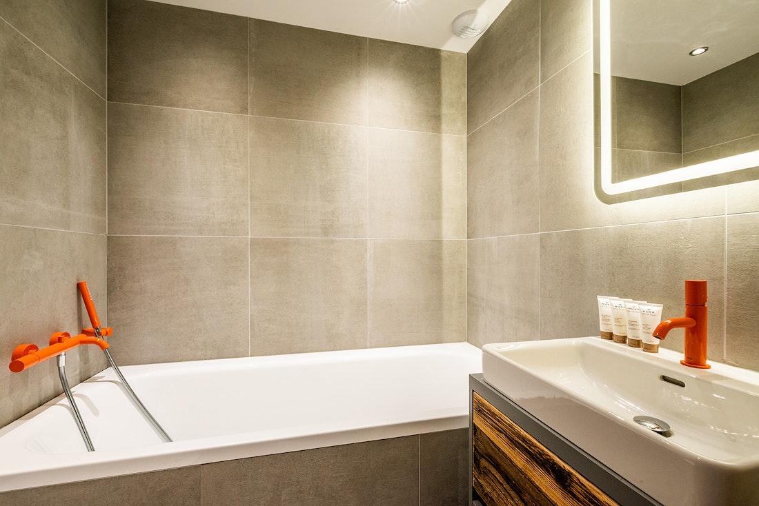 Modern bathroom with bathtub at Ravanel luxury accommodation in Chamonix