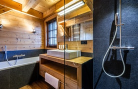 Premium bathroom with bathtub at Abachi luxury chalet in Les Gets