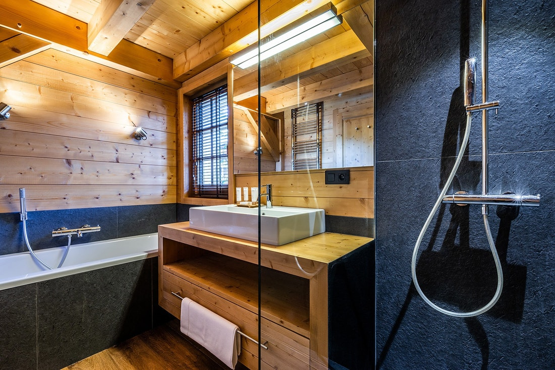 Contemporary bathroom bath walk-in shower tub hotel services chalet Abachi Les Gets