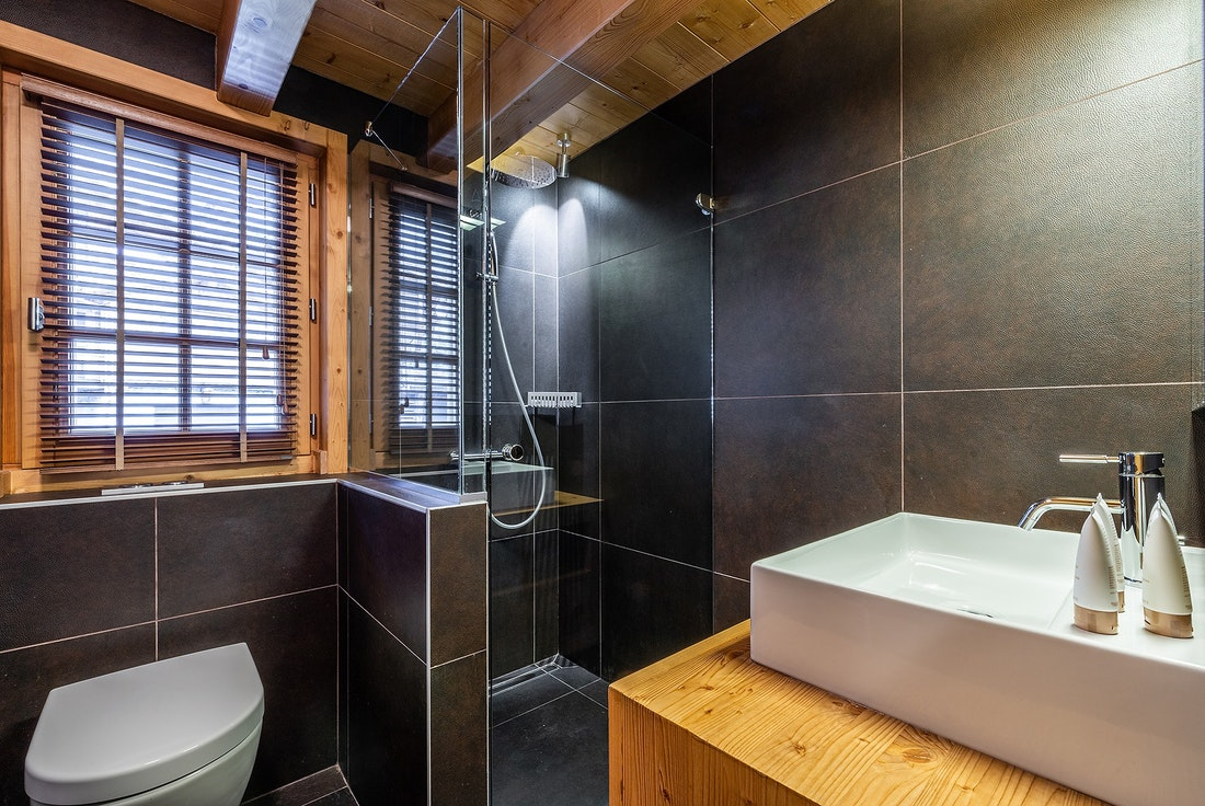 Black bathroom at Abachi luxury chalet in Les Gets
